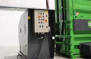 Rezervorul de ulei de 300 de litri răceşte aparatul pentru utilizare continuă