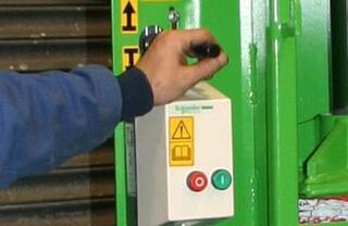 Comenzi utilizator de joasă tensiune și oprire de urgență pentru o funcționare sigură