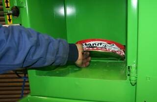 Eliminarea ușoară a conservelor după zdrobire și<br /> scurgere pentru retenție de lichide